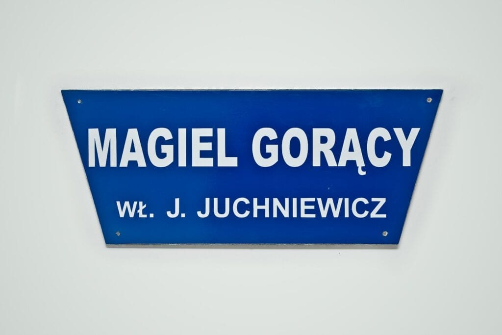 Niebieski szyld magla przy ulicy Żeromskiego 36 w Gdyni od stowarzyszenia Traffic Design - Eugenia Tynna