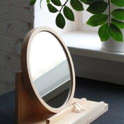 Toaletka Woodoo People model toaletka z lustrem w kolorze brązowym wykonana ze sklejki