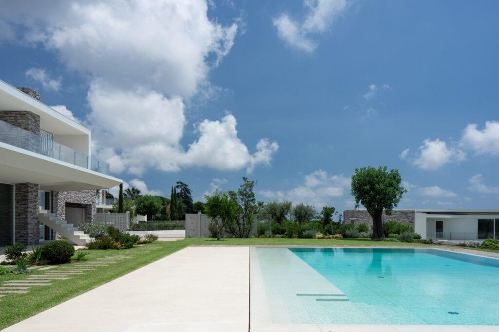 Przydomowy basen - wymarzony relaks o każdej porze - Laminam - Catania Piscina Calce