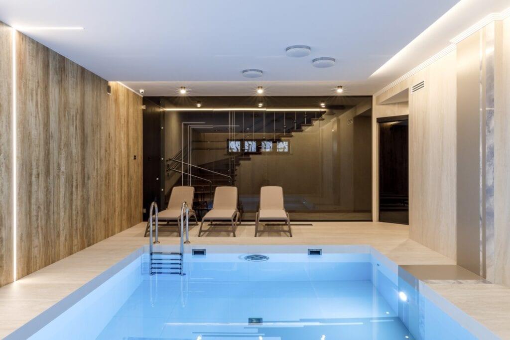 Przydomowy basen - wymarzony relaks o każdej porze - Laminam - Russia Piscina