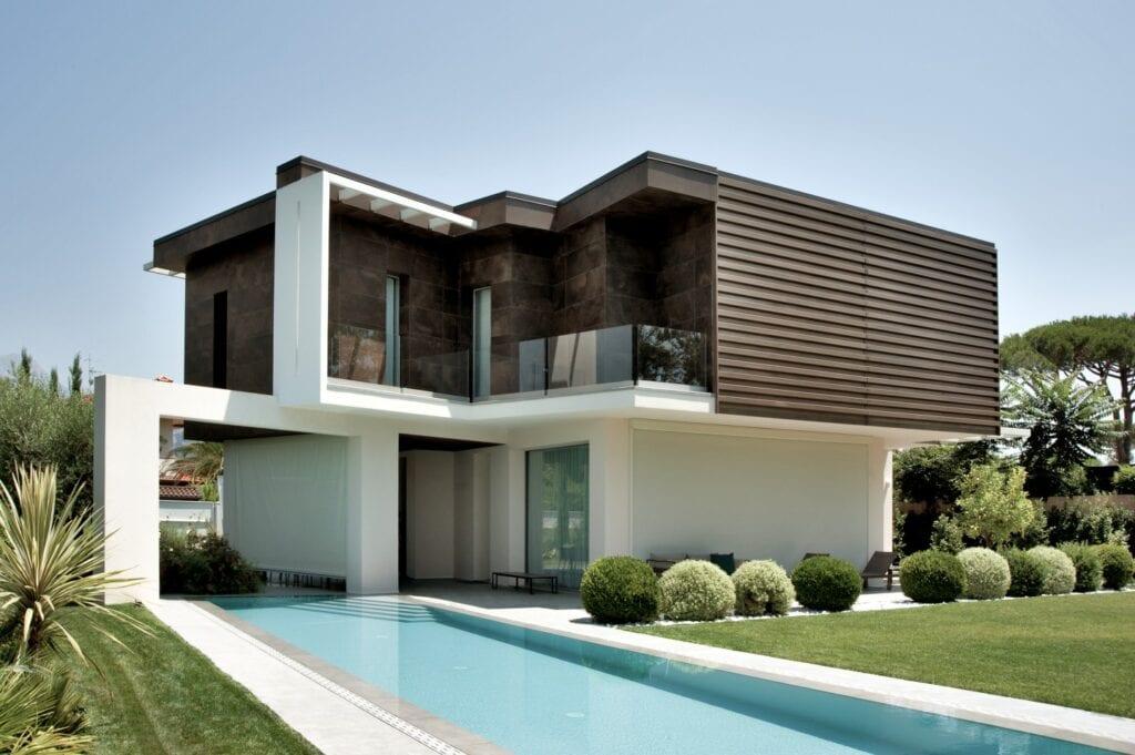 Przydomowy basen - wymarzony relaks o każdej porze - Laminam Villa ForteDeiMarmi