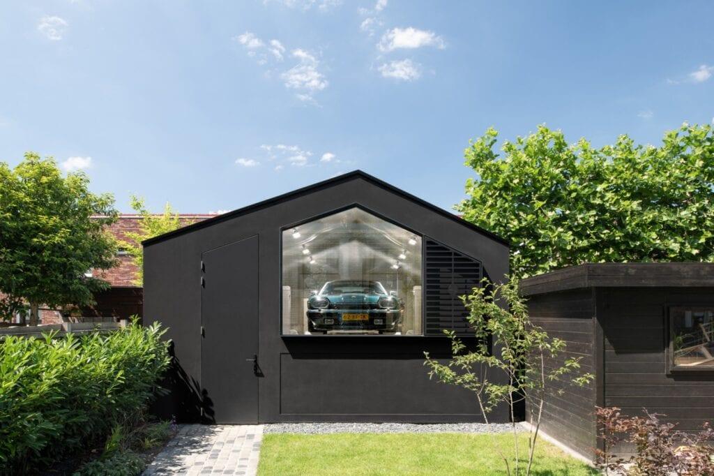 Garaż jak showroom dla Jaguarów w projekcie pracowni Bureau Fraai