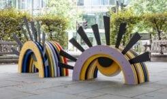 Kolorowe miejskie ławki na ulicach Londynu