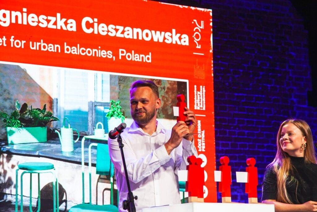 ŁDF2020 - make me - wręczenie nagród w konkursie, ze statuetką dyrektor Łódź Design Festival Michał Piernikowski - fot. Aleksandra Pawłowska