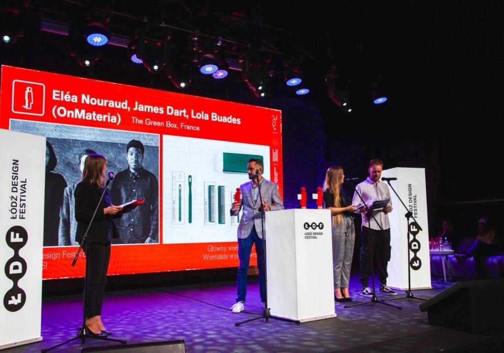 ŁDF2020 - make me - wręczenie nagród w konkursie, ze statuetką prezes zarządu Ceramiki Paradyż, Jurand Brzeziński - fot. Aleksandra Pawłowska