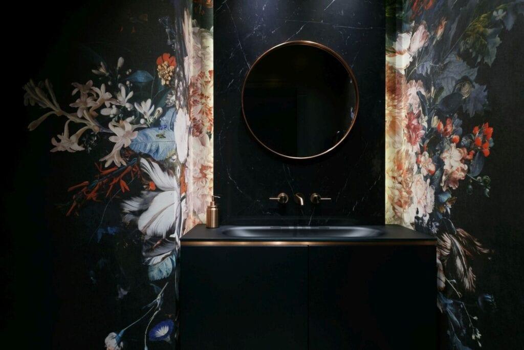 Świetne pomysły na tapetę w łazience - inspiracje od MIKOŁAJSKAstudio - foto Jakub Dziedzic