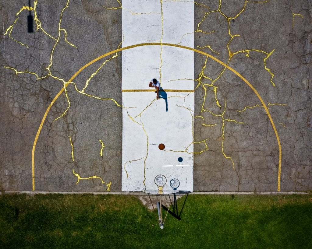 Victor Solomon, boisko do koszykówki i technika kintsugi - zdjęcia Shafik Kadi