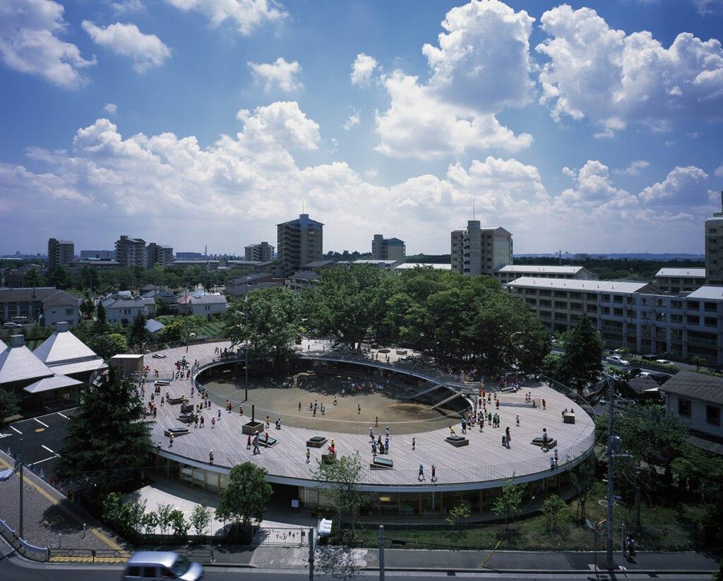 Takaharu Tezuka i Yui Tezuka w cyklu Mistrzowie Architektury - Fuji Kindergarten - foto Katsuhisa Kida