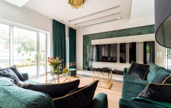 Wnętrza przestronnego i luksusowego domu projektu Trędowska Design