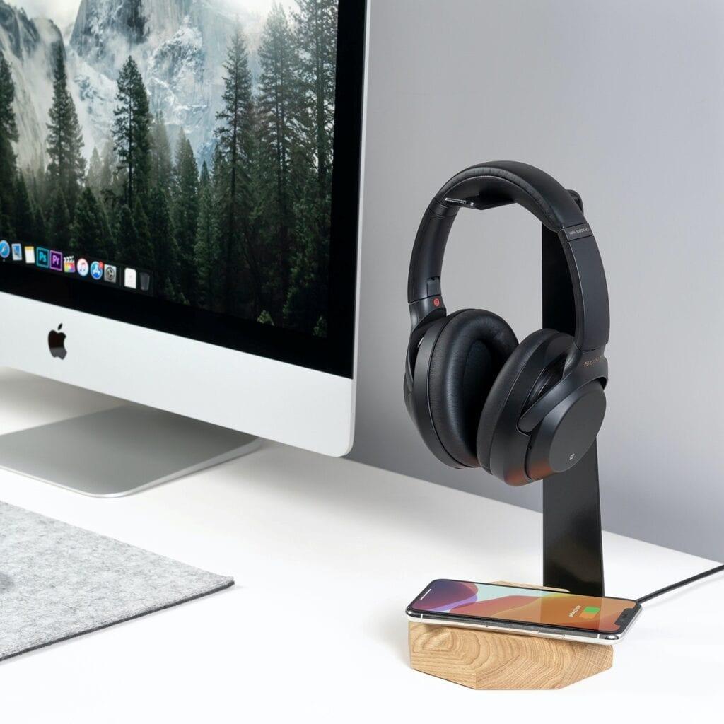 7 pomysłów na prezent świąteczny dla mężczyzny - drewniany wieszak na słuchawki marki Oakywood