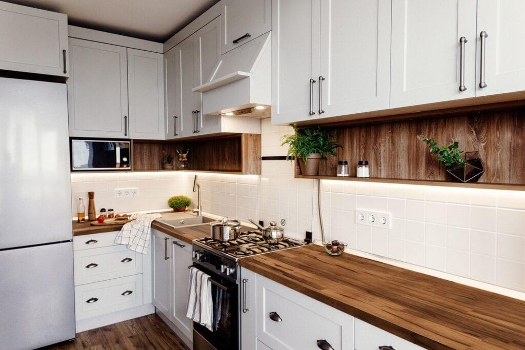 Czy drewniany blat sprawdzi się w kuchni - porady od marki DLH