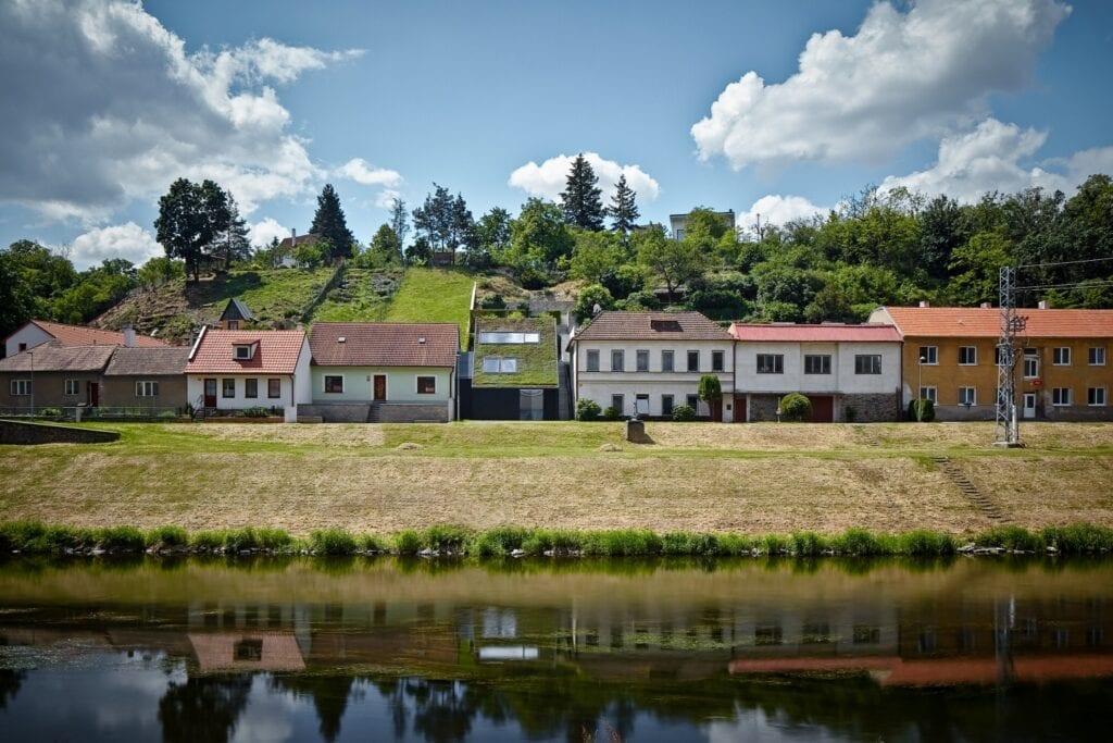 Kuba & Pilar architekti i rodzinny dom w dolinie rzeki - foto BoysPlayNice
