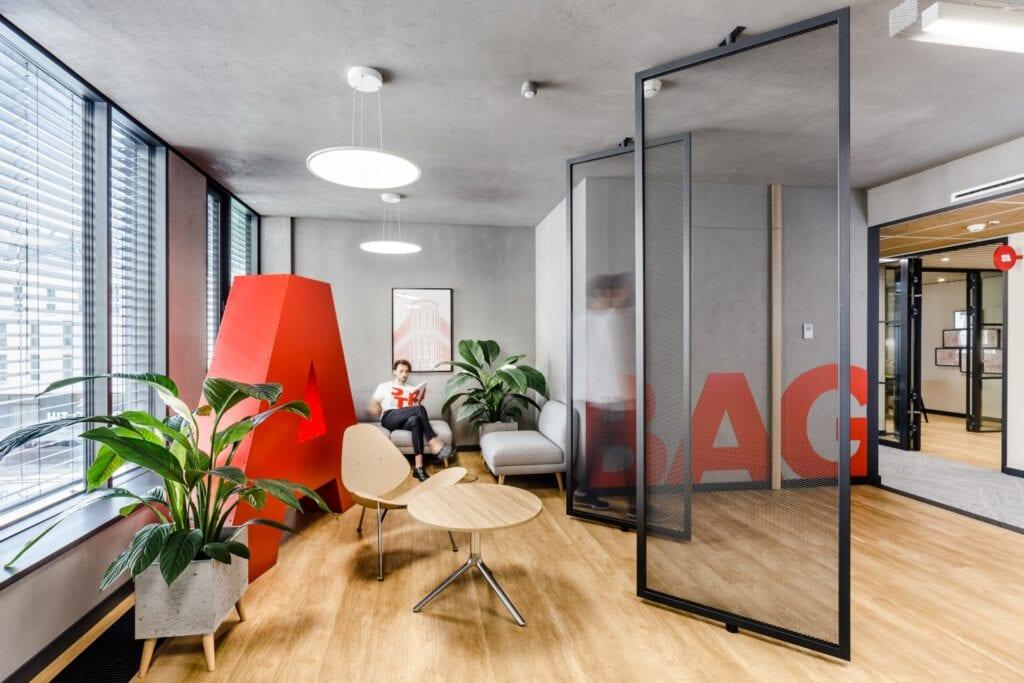 Partnerstwo, niezawodność i skromność – aranżacja wnętrza biura STRABAG Real Estate - foto Adam Grzesik