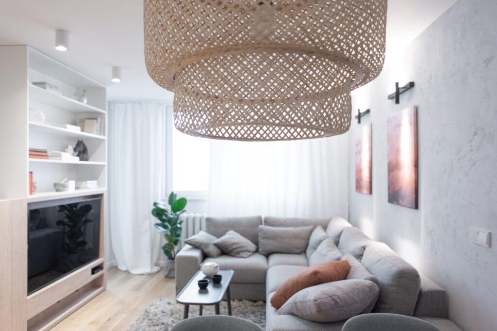 Monarchia design i wnętrza mieszkania w bloku z wielkiej płyty na warszawskim Tarchominie