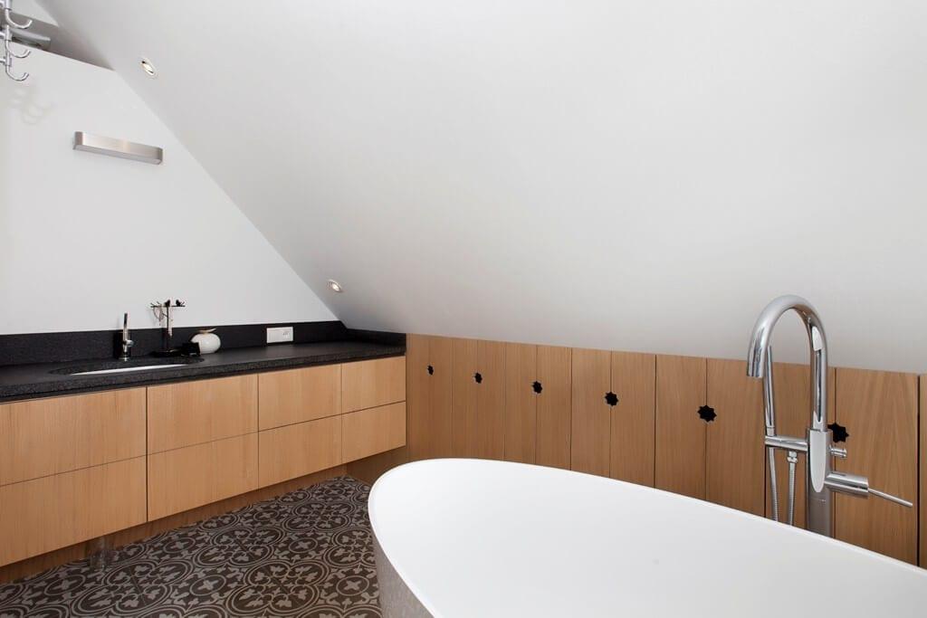 Aranżujemy łazienkę na poddaszu – porady i inspiracje - projekt Sikorska & Architekci