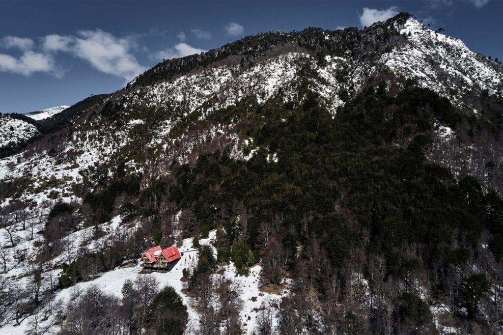 Casa Malalcahuello projektu GAAA - dom z czerwonym dachem - foto Cristobal Palma