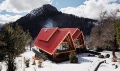 Casa Malalcahuello projektu GAAA – dom z czerwonym dachem