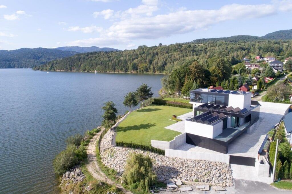 Futurystyczne bryły domów projektu REFORM Architekt - RE: LAKESIDE HOUSE