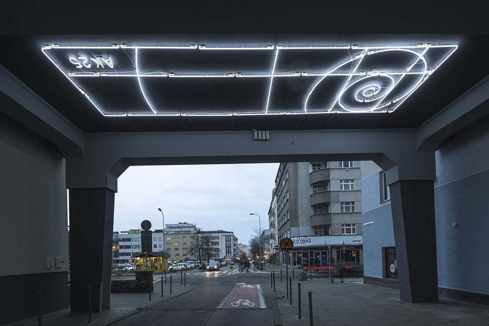 Neon w bramie przy ulicy Armii Krajowej w Gdańsku