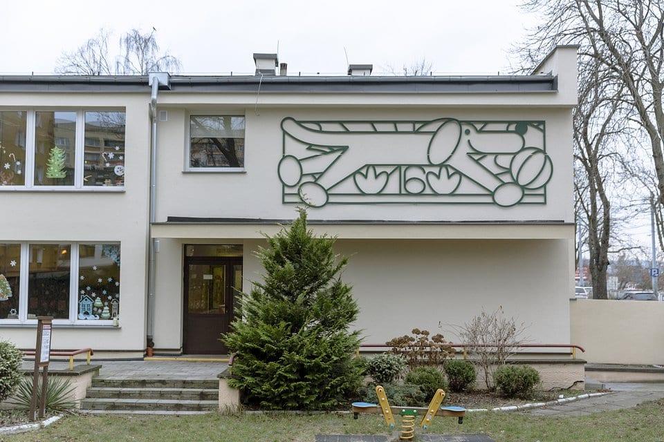Szyld ilustracyjny wykonany w technice metaloplastyki na fasadzie Przedszkola nr 16 w Gdańsku