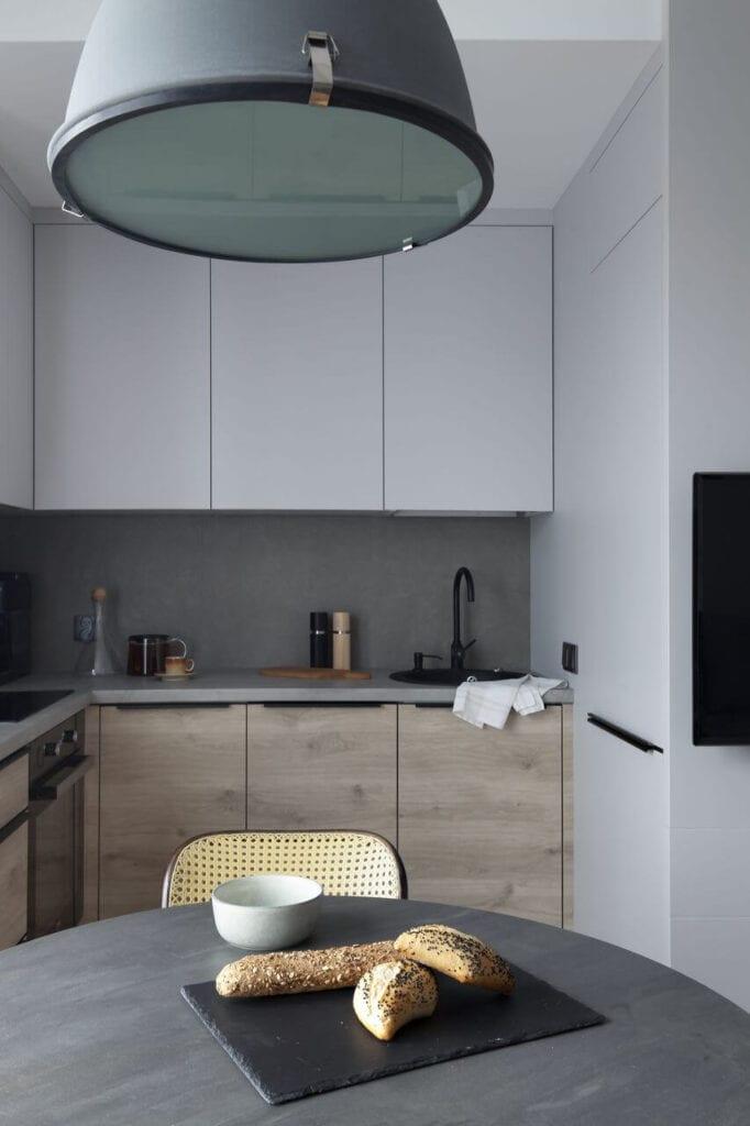 Lampa nad szarym stołem w jadalni - projekt Ilona Paleńczuk z pracowni IP Design