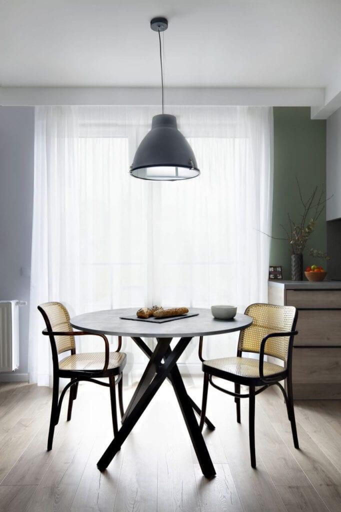 Przestronny salon ze stołem i krzesłami - projekt Ilona Paleńczuk z pracowni IP Design