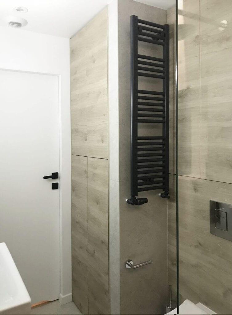 Czarny grzejnik Luxrad w niewielkiej łazience