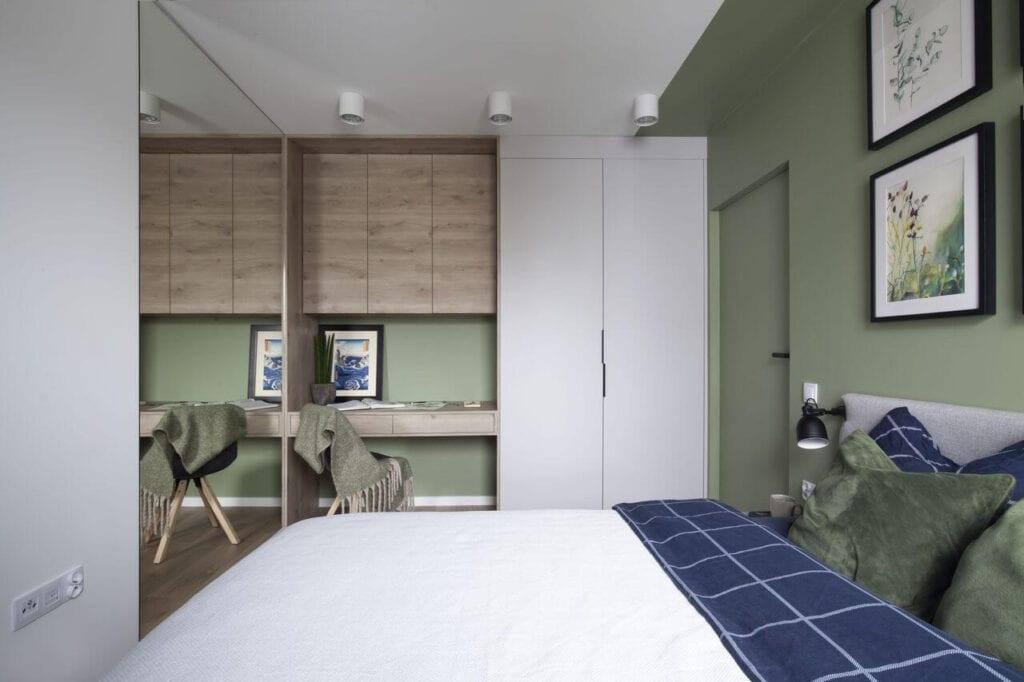 Ściana w kolorze oliwkowym w przytulnej sypialni - projekt Ilona Paleńczuk z pracowni IP Design