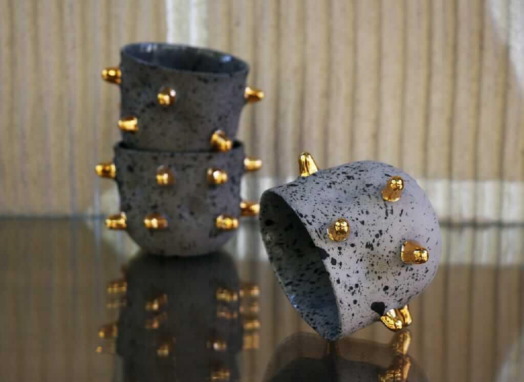 7 pomysłów na prezent na Dzień Mężczyzny - Moskoceramics i kubek Studs ze złotymi wypustkami
