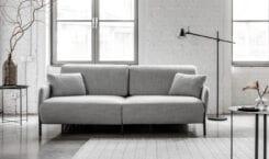 Regał Nomad System i One Sofa System od Miu Form