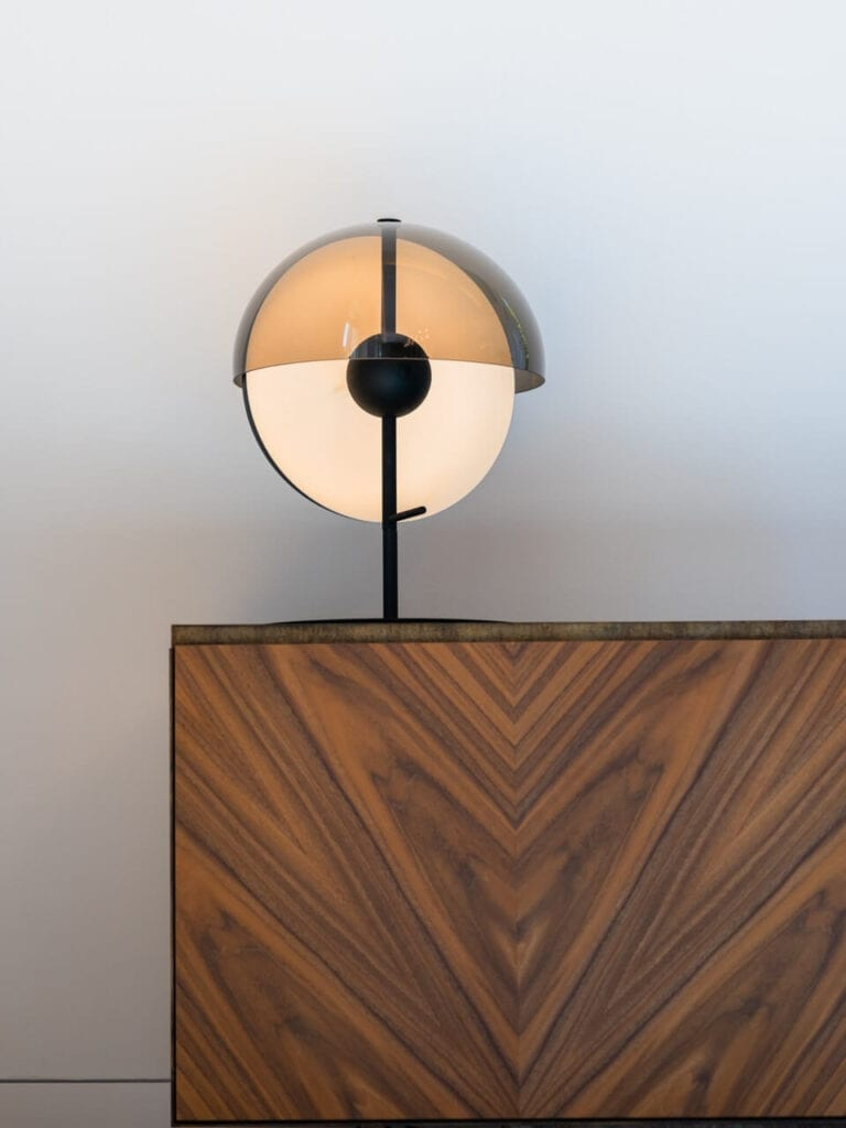 Starannie dobierane lampy w projekcie biura w Zurychu
