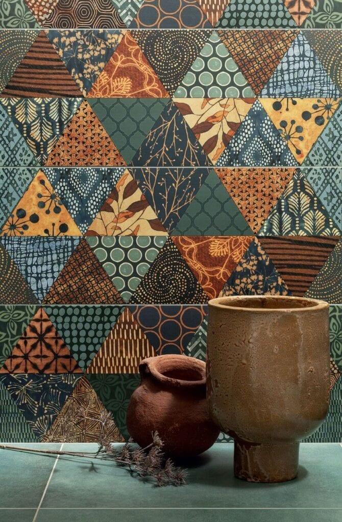 Płytki o delikatnie wypukłej i połyskującej teksturze, z ornamentalnymi zdobieniami