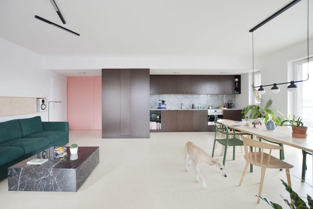 Grzegorz Layer i modernistyczne mieszkanie z kolorystycznym akcentem