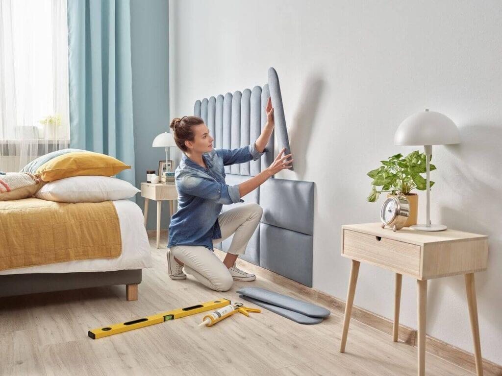 Szare panele tapicerowane marki Vilo na ścianie w sypialni