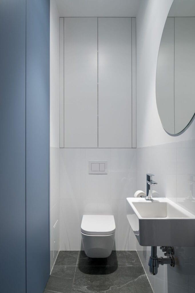 Biało-błękitna łazienka - wnętrze 70-metrowego mieszkania dla młodej pary na Starym Polesiu w Łodzi