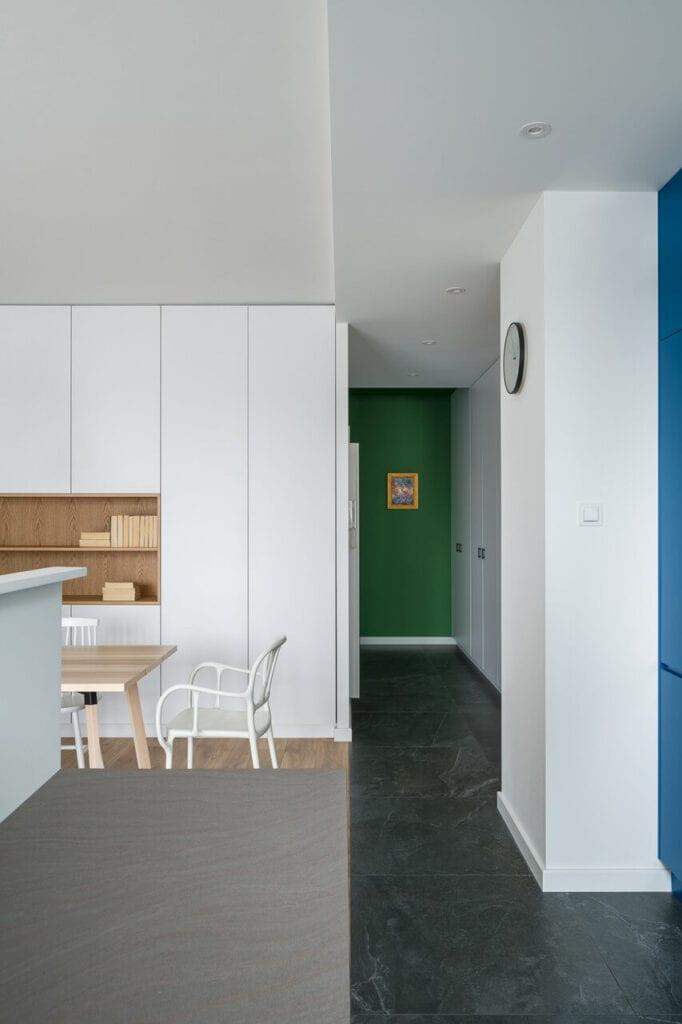 Biała zabudowa w kuchni - wnętrze 70-metrowego mieszkania dla młodej pary na Starym Polesiu w Łodzi
