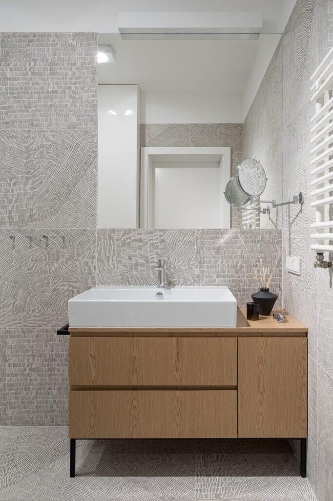 Biała umywalka na szafce - - wnętrze 70-metrowego mieszkania dla młodej pary na Starym Polesiu w Łodzi