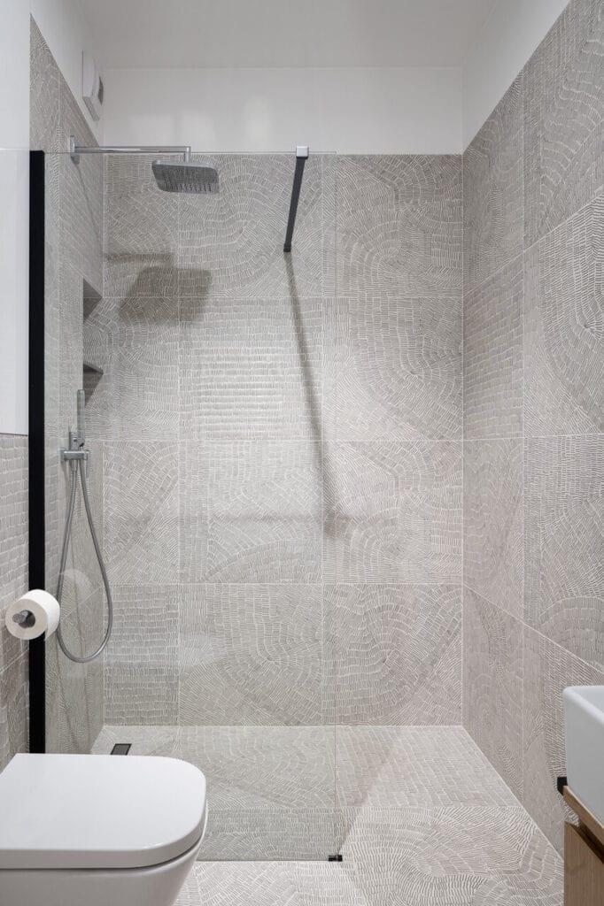 Kabina prysznicowa w szarej łazience - wnętrze 70-metrowego mieszkania dla młodej pary na Starym Polesiu w Łodzi