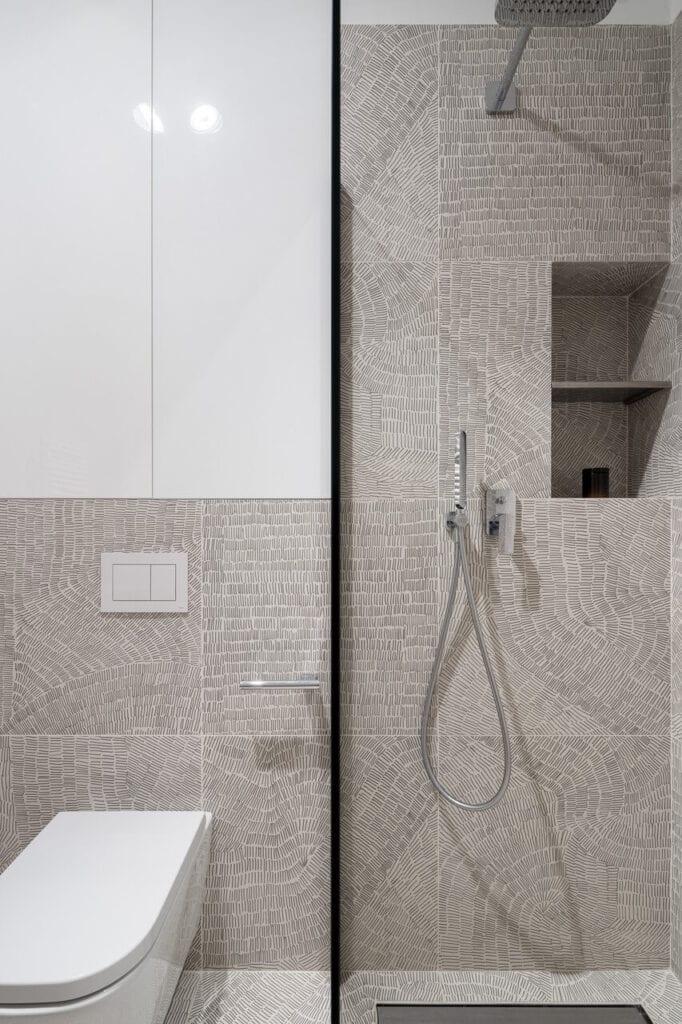 Biało-szara łazienka - wnętrze 70-metrowego mieszkania dla młodej pary na Starym Polesiu w Łodzi