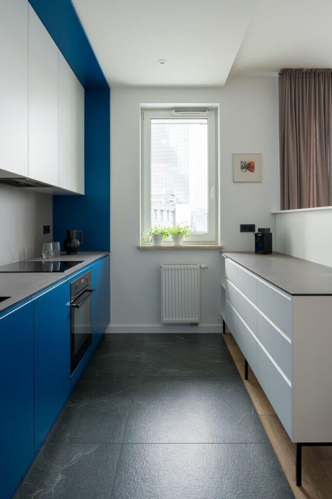 Niebiesko-biała kuchnia - wnętrze 70-metrowego mieszkania dla młodej pary na Starym Polesiu w Łodzi