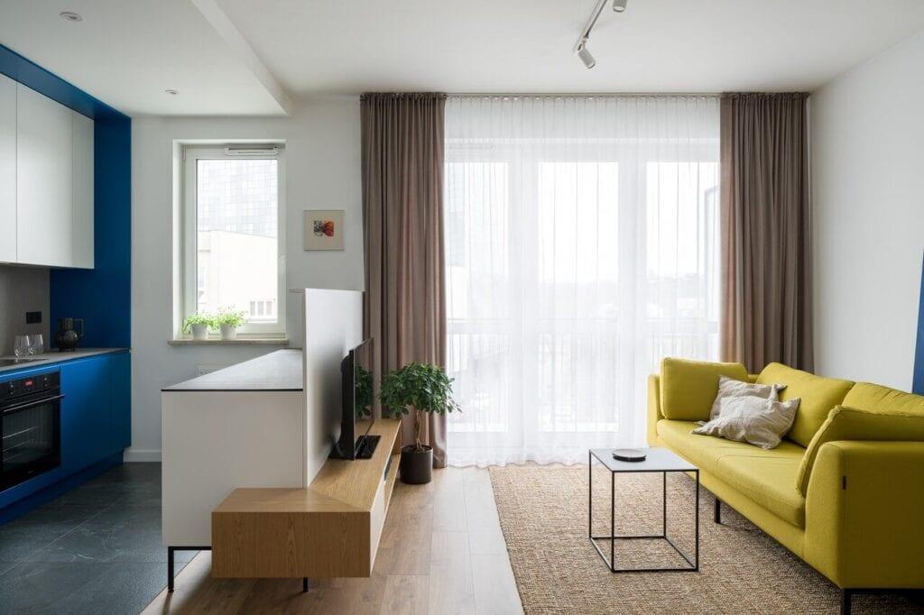 Salon połączony z kuchnią - wnętrze 70-metrowego mieszkania dla młodej pary na Starym Polesiu w Łodzi