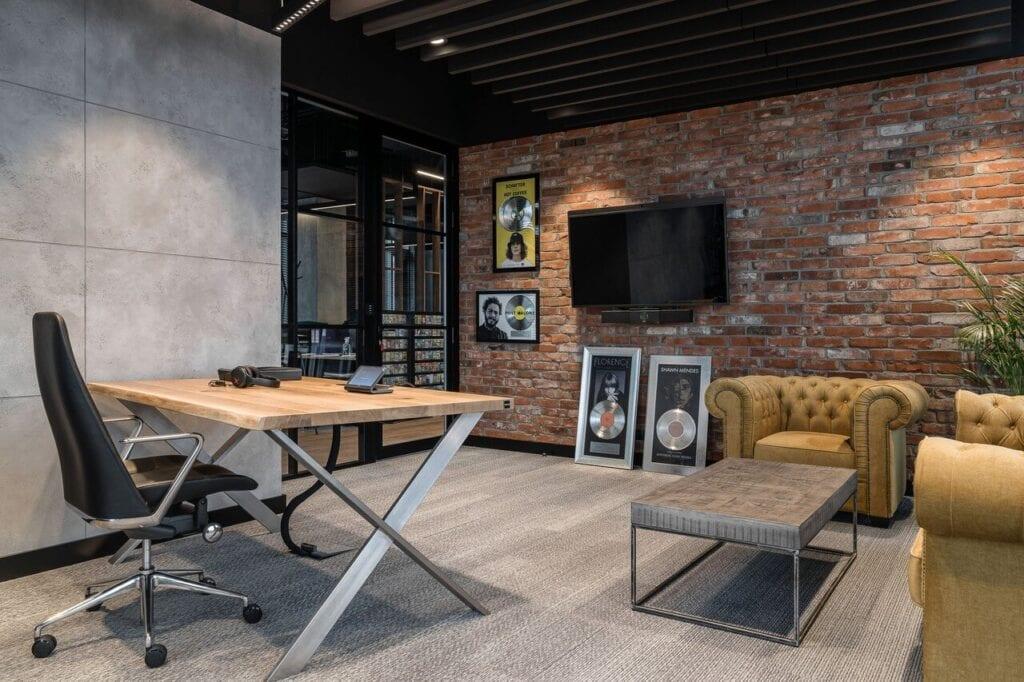 Pokój z ceglaną ścianą - Wnętrze nowego biura Universal Music Polska w Warszawie projektu The Design Group