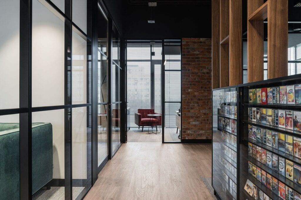 Korytarz z przeszklonymi drzwiami - Wnętrze nowego biura Universal Music Polska w Warszawie projektu The Design Group