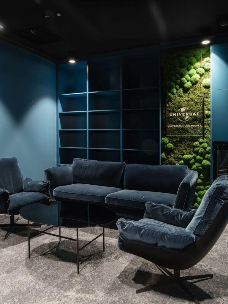 Sofa i dwa fotele w kolorze granatowym - Wnętrze nowego biura Universal Music Polska w Warszawie projektu The Design Group