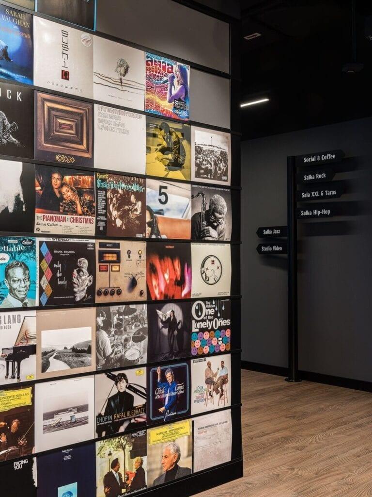 Okładki płyt na ścianie - Wnętrze nowego biura Universal Music Polska w Warszawie projektu The Design Group