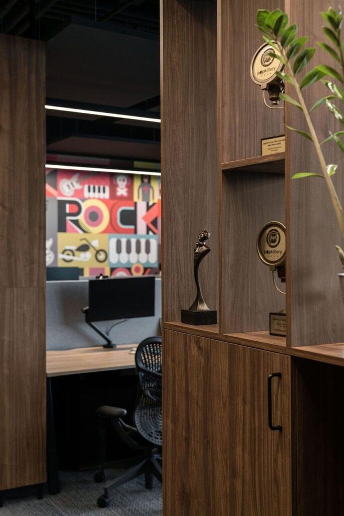 Grafika Rock na ścianie - Wnętrze nowego biura Universal Music Polska w Warszawie projektu The Design Group