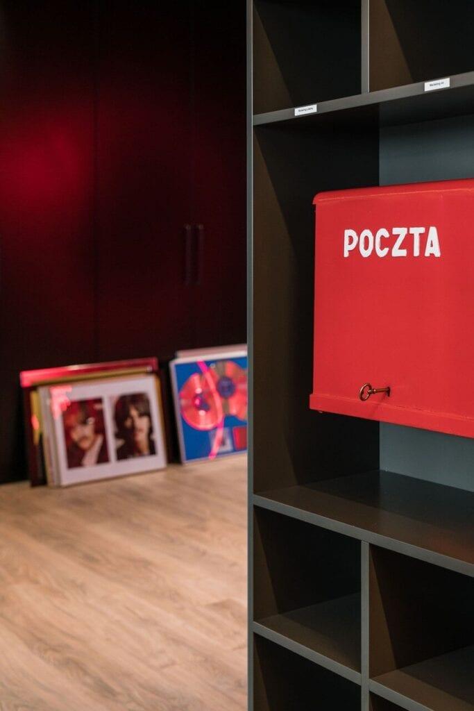 Czerwona skrzynka pocztowa na ścianie - Wnętrze nowego biura Universal Music Polska w Warszawie projektu The Design Group