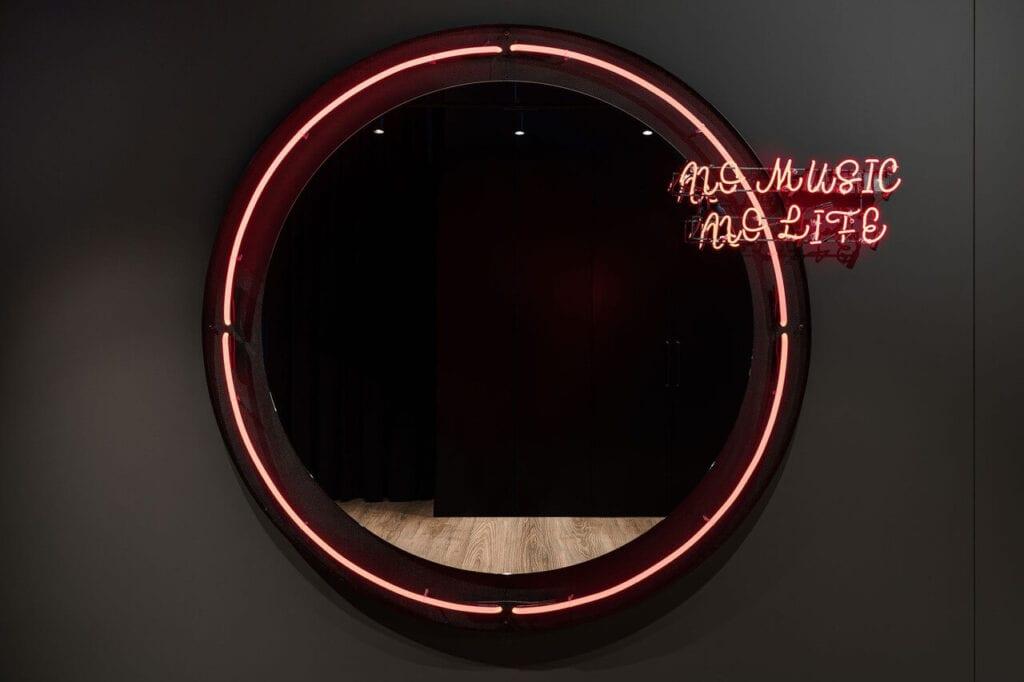 Neon No Music No Life - Wnętrze nowego biura Universal Music Polska w Warszawie projektu The Design Group