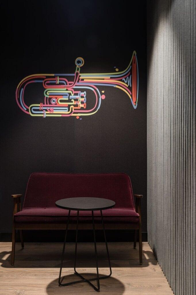 Grafika saksofon na ścianie - Wnętrze nowego biura Universal Music Polska w Warszawie projektu The Design Group