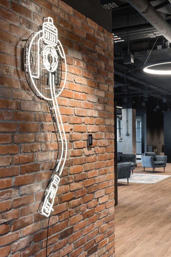 Neon na ścianie - Wnętrze nowego biura Universal Music Polska w Warszawie projektu The Design Group